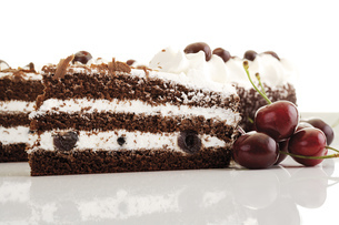 Black Forest Cake and fresh cherriesの写真素材 [FYI04333014]