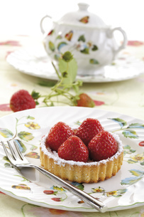 Strawberry tartlett on plate, close-upの写真素材 [FYI04333025]