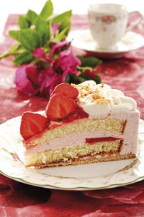 Strawberry-cream cake on plate, close-upの写真素材 [FYI04333027]