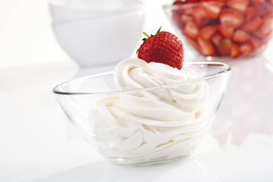 Strawberries with whipped creamの写真素材 [FYI04333033]