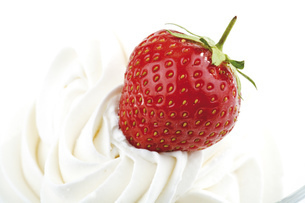 Strawberry with whipped creamの写真素材 [FYI04333034]