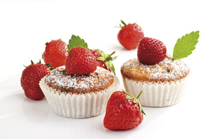 Strawberry muffins, close-upの写真素材 [FYI04333036]