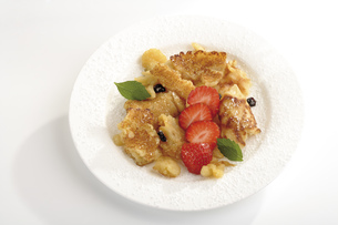Cut-up pancake on plate, close-upの写真素材 [FYI04333042]