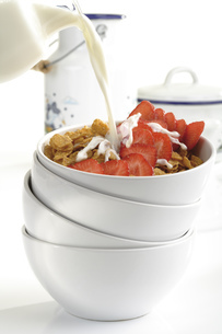 Cornflakes and strawberries in bowl, close-upの写真素材 [FYI04333043]