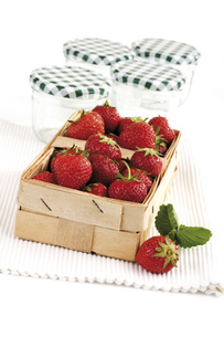 Strawberries in basket and glassesの写真素材 [FYI04333050]
