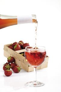 Strawberries and wineの写真素材 [FYI04333051]