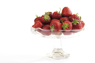 Strawberries in bowl, close-upの写真素材 [FYI04333053]