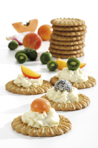 Tartelets with fruits and cream cheese, close-upの写真素材 [FYI04333083]