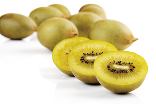 Whole and halved kiwi fruits, close-upの写真素材 [FYI04333084]