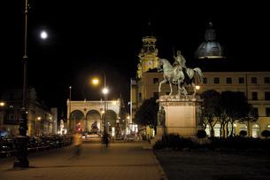 Germany, Bavaria, Munich at nightの写真素材 [FYI04333109]