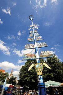 Germany, Bavaria, Munich, Maypole on Viktualienmarktの写真素材 [FYI04333133]