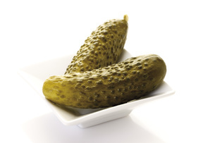 Pickles on bowl, close-upの写真素材 [FYI04333142]