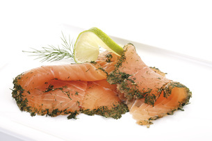Salmon slices with dill, elevated viewの写真素材 [FYI04333144]