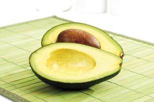 Avocado, cross sectionの写真素材 [FYI04333182]