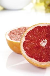 Sliced grapefruitの写真素材 [FYI04333192]