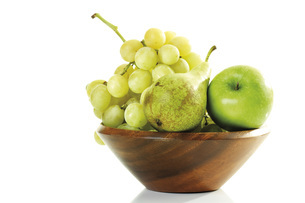Grapes, pear and apple in wooden bowlの写真素材 [FYI04333199]