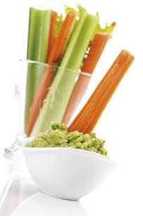Guacamole with vegetable sticksの写真素材 [FYI04333202]