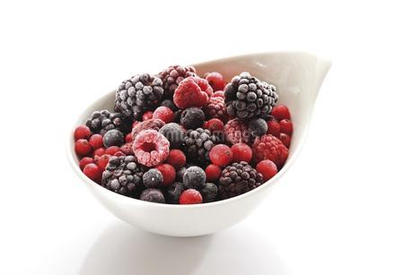 Frozen wild berries, close-upの写真素材 [FYI04333219]