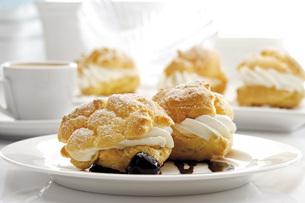 Cream puff on plateの写真素材 [FYI04333231]