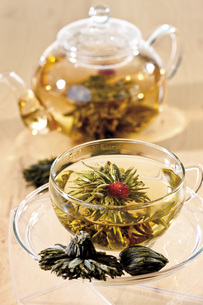 Tea Flower in tea glass and in Teapot, close-upの写真素材 [FYI04333272]