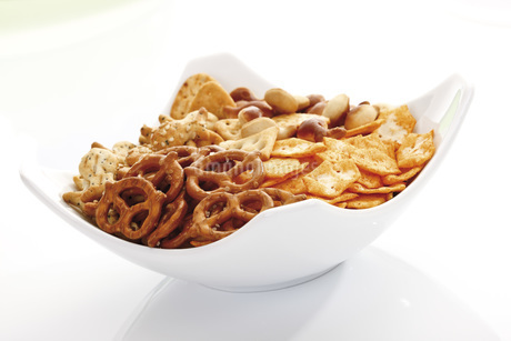 Assorted snacks in bowl, close-upの写真素材 [FYI04333283]