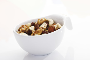 Trail mix in plastic cup, close-upの写真素材 [FYI04333286]