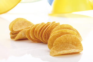 Potato chips in a row, close-upの写真素材 [FYI04333287]
