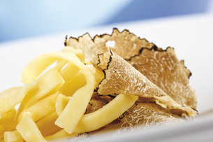 Noodles with sliced truffleの写真素材 [FYI04333309]