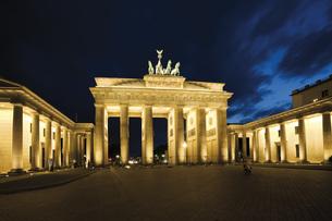 Germany, Berlin, Brandenburg Gate at nightの写真素材 [FYI04333324]