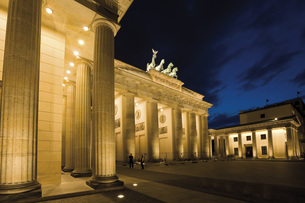Germany, Berlin, Brandenburg Gate at nightの写真素材 [FYI04333325]