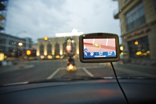 Germany, Berlin, Navigation system in car, Traffic seen throの写真素材 [FYI04333326]