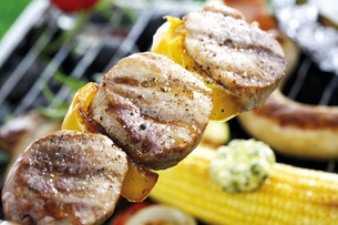 Meat, sausage and vegetables on grillの写真素材 [FYI04333356]