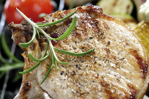 Grilled pork chop with rosemaryの写真素材 [FYI04333357]