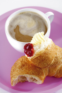 Breakfast with croissant and jamの写真素材 [FYI04333360]