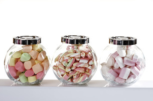 Marshmallows in candy jarsの写真素材 [FYI04333368]