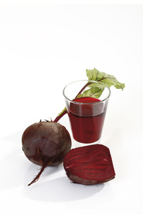 Beetroot drink and beetroot, elevated viewの写真素材 [FYI04333383]