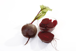 Sliced beetroot in bowl, elevated viewの写真素材 [FYI04333384]