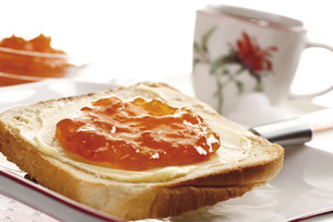 Breakfast, Slice of Toast with butter and orange jam, close-の写真素材 [FYI04333393]