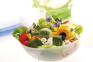 Mixed salad with edible flowersの写真素材 [FYI04333401]