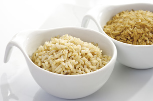 Sorts of Rice in bowls, raw and cooked, close-upの写真素材 [FYI04333402]