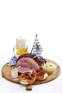 Roast Pork with Crackling, pretzels and a mug of beer on wooの写真素材 [FYI04333409]