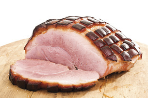 Sliced Roast Pork with Crackling on wooden boardの写真素材 [FYI04333410]