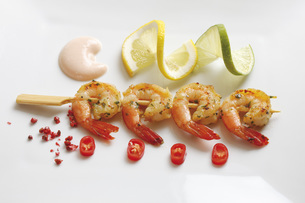 Skewered shrimps, Chili and cocktail tomatoes, elevated viewの写真素材 [FYI04333434]