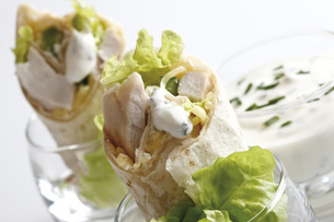 Chicken Wraps in glasses and Yoghurt dip in glass, close-upの写真素材 [FYI04333435]
