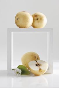 Nashi pears, and sliced nashi pearの写真素材 [FYI04333446]