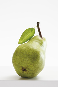 Green pear with leaf, close-upの写真素材 [FYI04333448]