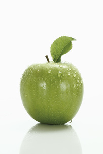 Green apple with leafの写真素材 [FYI04333451]