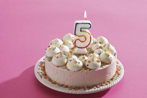 Birthday cake with burning candleの写真素材 [FYI04333456]