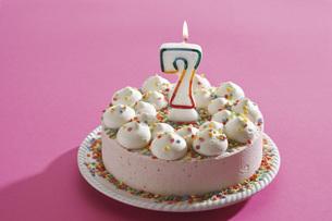 Birthday cake with burning candleの写真素材 [FYI04333457]