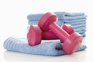Close up of dumbbells on towel against white backgroundの写真素材 [FYI04333495]